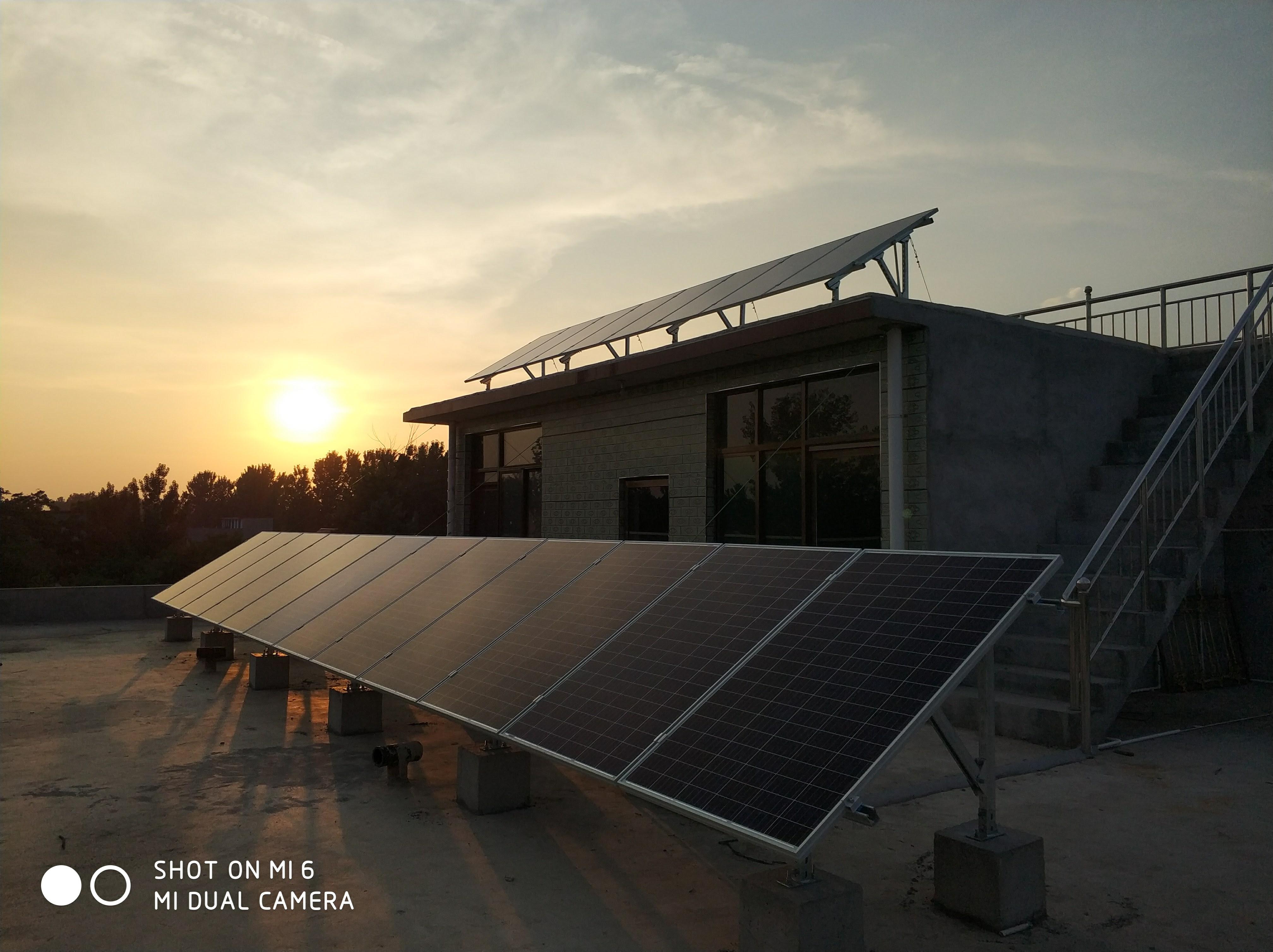 夕阳下的家庭光伏电站